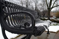 在铁长凳的平安的冬天降雪 库存图片