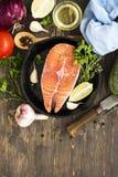 在铁长柄浅锅的未加工的鲑鱼排 库存图片