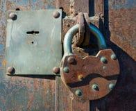 在铁门的挂锁 库存图片