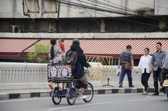 在铁bri的泰国人走的和骑自行车的三轮车生活方式  库存照片