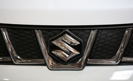 在铃木汽车的铃木金属商标特写镜头 免版税图库摄影