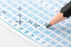 在铅笔的被填装的答案纸焦点 免版税库存照片