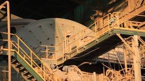 在铜加工业里面的球磨机 影视素材