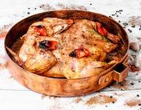 在铜平底锅的烤鸡烟草 免版税库存图片