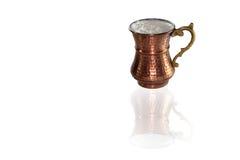 在铜杯子的健康混合物 库存照片