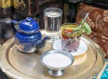 在铜桌,开罗,埃及上的传统薄荷的茶具 库存图片