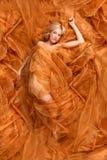 在铜流动的织品包裹的妇女 库存图片