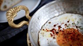 在铜煎锅的煎蛋 库存照片