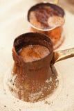 在铜罐的咖啡准备有室外热的金黄的沙子的 免版税库存照片
