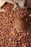 在铜罐的土耳其咖啡豆 库存图片