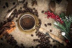 在铜coffe罐的土耳其咖啡 库存图片