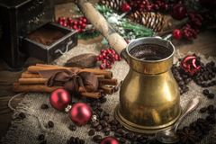 在铜coffe罐的土耳其咖啡 库存照片