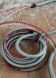 在铝灵活的空气管道的设施新的电子接线 库存图片