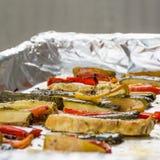 在铝芯的烤冬天菜在盘子,胡椒, zucc 库存照片