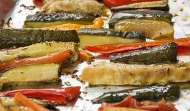 在铝芯的烤冬天菜在盘子,胡椒, zucc 图库摄影