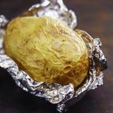 在铝芯的被烘烤的土豆 库存图片
