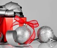 在银和红色的圣诞节装饰 免版税库存照片