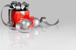 在银和红色的圣诞节装饰 免版税库存图片