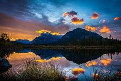 在银朱的湖的日出 库存照片