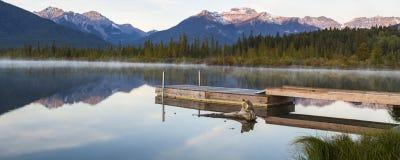 在银朱的湖的有薄雾的早晨 图库摄影