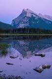 在银朱的湖的洋红色日落 免版税库存照片