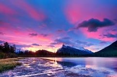 在银朱的湖,班夫国家公园上的日落 免版税图库摄影