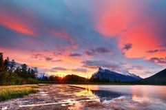 在银朱的湖,班夫国家公园上的日落 免版税库存照片