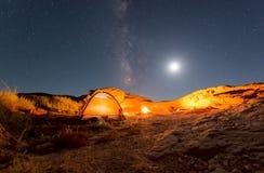 在银河下的橙色帐篷 库存照片
