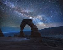 在银河下的精美曲拱 免版税库存图片