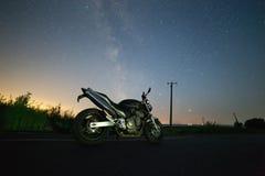 在银河下的自行车 库存照片