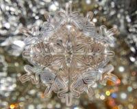在银的冬天雪花在银色背景 库存照片