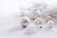 在银色和白色的圣诞节装饰品在白色背景 免版税库存照片