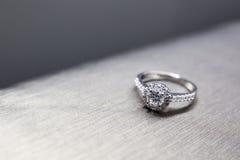 在银色地面的婚戒 免版税图库摄影