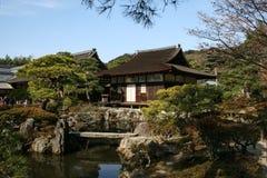 在银色寺庙的庭院里,京都,日本 图库摄影