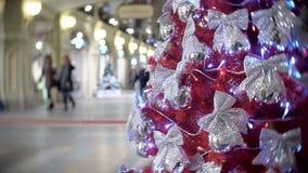 在银色弓的红果云杉 新年` s和摘要弄脏了与圣诞树装饰的商城背景 股票录像
