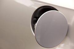 在银色汽车的开放汽油盖帽盖子 免版税库存照片