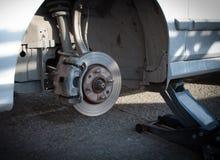 在银色汽车的更改的轮胎 免版税库存照片