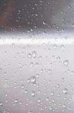 在银色汽车的雨珠 库存照片