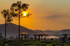 在银色湖芭达亚的金黄日落 免版税库存照片