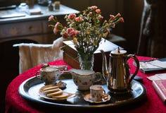 在银色盘子的古色古香的瓷茶具 库存照片