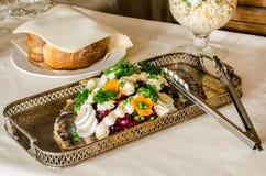 在银色盘的承办酒席食物 免版税图库摄影