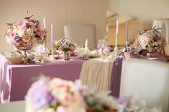 在银色碗的花的布置有桃红色牡丹和八仙花属的 免版税库存图片