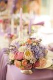 在银色碗的花的布置有桃红色牡丹和八仙花属的 免版税库存照片