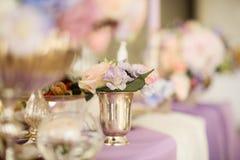 在银色碗的花的布置有桃红色牡丹和八仙花属的 库存图片