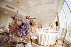 在银色碗的花的布置有桃红色牡丹和八仙花属的 免版税图库摄影