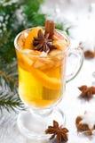 在银色背景的辣圣诞节苹果汁 免版税图库摄影
