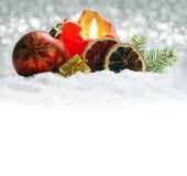 在银色背景隔绝的圣诞节装饰 出现蜡烛 免版税库存照片