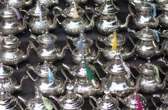 在银色金属的典型的银色茶壶 库存图片