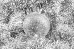 在银色闪亮金属片的银色闪光圣诞节装饰品 库存照片
