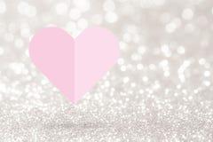 在银色闪烁背景的桃红色心脏纸折叠 免版税库存图片